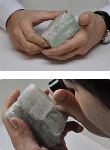 良質な原鉱石1つ1つ手に取り確認しながら厳選